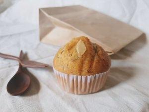 muffin and utensils