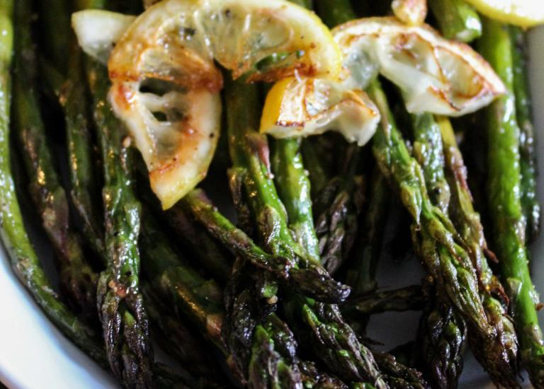 asparagus with lemon slices